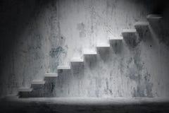 Escaliers croissants d'escalier en hausse dans la pièce vide sombre approximative illustration libre de droits