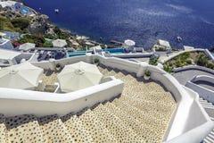 Escaliers d'enroulement descendant à la mer d'Aegan, île de Santorini image stock