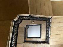 Escaliers d'un bâtiment antique Photos libres de droits