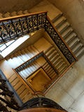 Escaliers d'un bâtiment antique Photographie stock