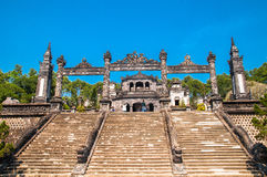 Escaliers dans Khai Dinh Tomb impérial en Hue, Photo stock