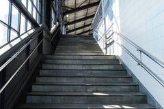 Escaliers dans la métro de la ville Hambourg, Allemagne Image stock