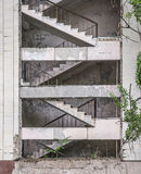 Escaliers dans la maison abandonnée ruinée dans Pripyat Photo stock