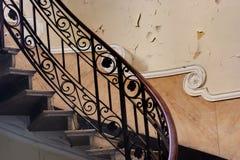 Escaliers dans un bâtiment abandonné Photo stock