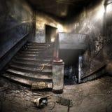 Escaliers dans un composé abandonné Photographie stock libre de droits