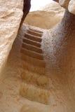 Escaliers dans une Chambre de caverne Images libres de droits