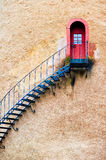 Escaliers décorés menant à une porte dans le mur de terre cuite Photographie stock