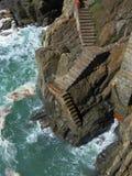 Escaliers de Cinque Terre menant à l'océan Photographie stock libre de droits