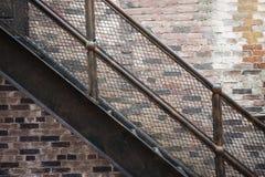 Escaliers de fer réglés avec des étapes modelées Photos libres de droits