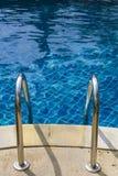 Escaliers de la piscine images libres de droits