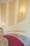 Escaliers de marbre avec le tapis rouge Photographie stock libre de droits