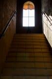 Escaliers de perspective menant à la fenêtre Photo stock