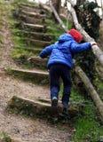 Escaliers de pierre de progression d'enfant photographie stock