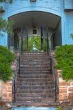 Escaliers de pierre et de brique sur le bâtiment résidentiel photographie stock libre de droits