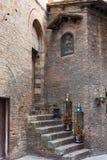 Escaliers de rue près de la vieille maison à Sienne Image libre de droits