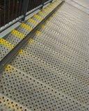 Escaliers de sécurité du travail en métal avec le repère jaune Photos libres de droits