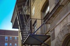 Escaliers de sortie de secours sur le bâtiment résidentiel images stock