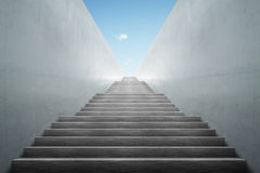 Escaliers de souterrain vers le haut Image stock