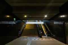 Escaliers de souterrain vers le haut dans la rue de ville Image stock