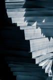 Escaliers des livres empilés dans le bleu noir et blanc modifié la tonalité Photo stock