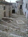 Escaliers des pierres dans la descente dans une ville caractéristique de la Puglia en Italie image libre de droits