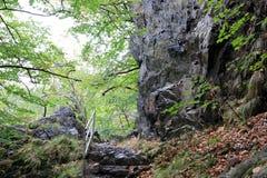 Escaliers des pierres en vallée de rivière présagée Images stock