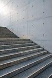 Escaliers devant un mur Images stock
