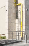 Escaliers du feu Tuyau jaune Photo libre de droits