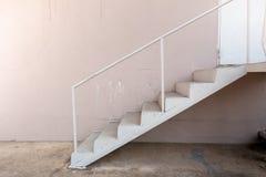 Escaliers en acier à l'extérieur du bâtiment image stock