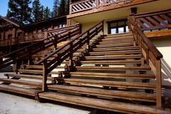 Escaliers en bois à la rue terrasse Ravissez la maison Photo libre de droits