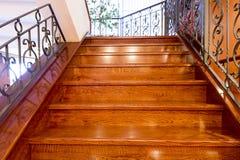 Escaliers en bois dans le lobby d'hôtel images stock