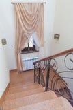 Escaliers en bois intérieurs avec la balustrade en métal Images stock