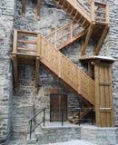 Escaliers en bois l'amorce sur un mur médiéval de ville Image stock