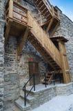Escaliers en bois l'amorce sur un mur médiéval de ville Photos stock