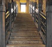 Escaliers en bois/sons gris photographie stock libre de droits