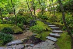 Escaliers en pierre au jardin de Japonais de Portland photo stock