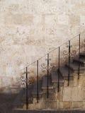Escaliers en pierre avec des pêches à la traîne en métal, Pérou. Image stock