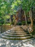 Escaliers en pierre ronds dans le paysage naturel avec les murs en pierre photo libre de droits