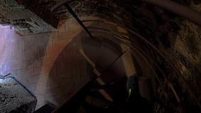 Escaliers en spirale étroits foncés de descente banque de vidéos