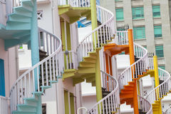 Escaliers en spirale colorés du village de Bugis de Singapour Image libre de droits