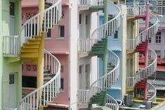 Escaliers en spirale colorés sur les bâtiments résidentiels dans peu d'Inde, Singapour images libres de droits