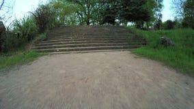 Escaliers en stationnement banque de vidéos
