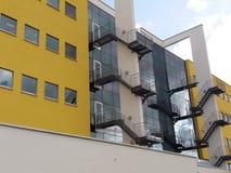 Escaliers entre les murs jaunes Photographie stock