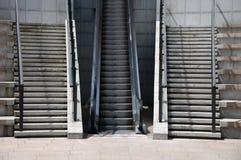 Escaliers et ascenseur rapides ou lents Images stock