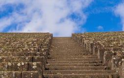 Escaliers et ciel bleu Images libres de droits