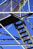 Escaliers et faisceaux sur la tour d'incendie Photos libres de droits