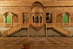 Escaliers et fenêtres de quelques salles de palais de Mandir Images stock