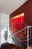 Escaliers et un mur rouge Images libres de droits