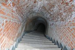 Escaliers et vieux passage souterrain Image libre de droits