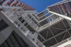 Escaliers extérieurs en acier du feu vus de dessous photographie stock libre de droits